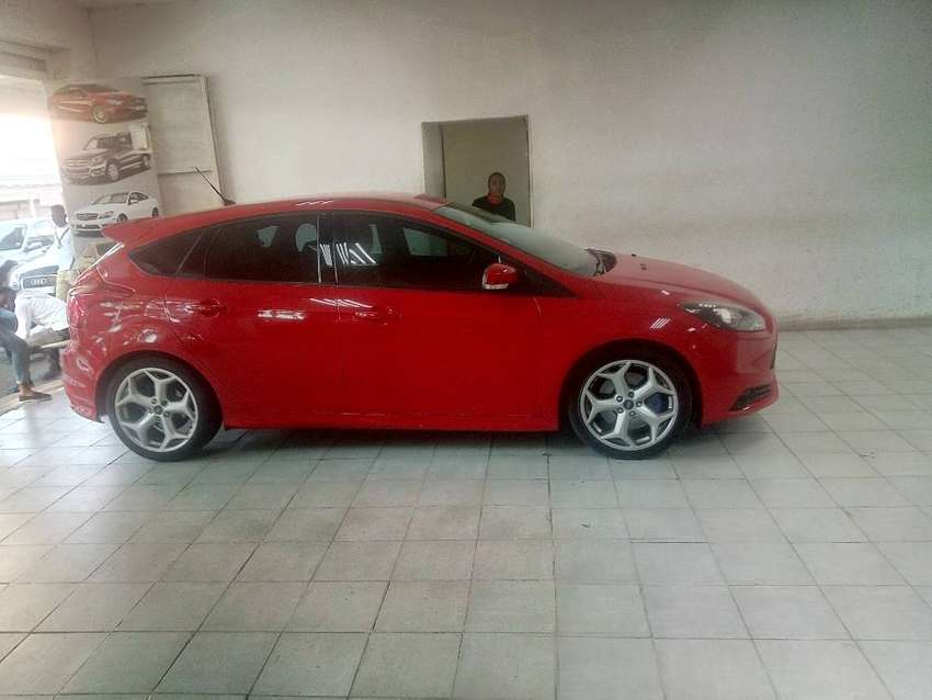 RED FORD FOCUS SPORT ST. 2.0 0