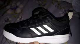 Unisex Adidas takkie for kids. Size 13