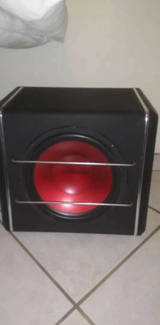 10inch dixon sub with amp installed in box 0