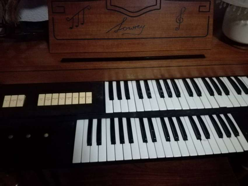 Lowrey International Organ 0