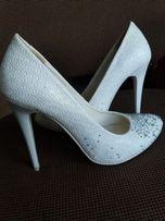 Весільні білі туфельки