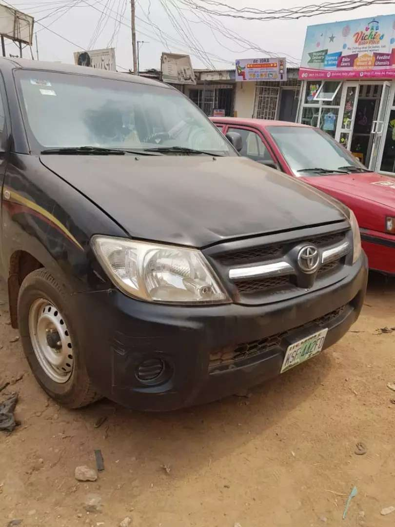 2007 Toyota Hilux truck with Camper shell/Carriage 0
