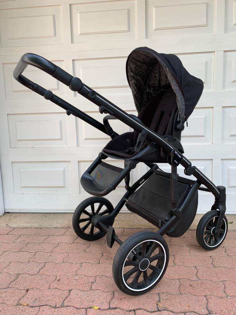 Stylish baby pram, carry cot and car seat 0