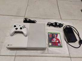 Xbox one R4200 Bundle with all cables 1 controler power supply Fifa 18