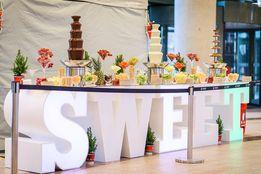 Napis Love, stół LOVE, słodki stół, fontanna czekoladowa