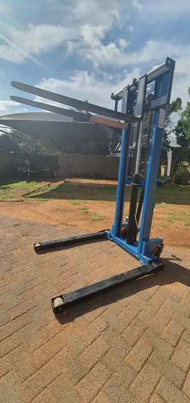 Wide Leg 1.6m 2 ton stacker
