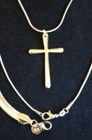 Srebrny kpl. (pr.925) biżuterii; naszyjnik z krzyżykiem i bransoletka;