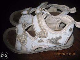 Sandałki dla dziewczynki biało-srebrne, r. 26