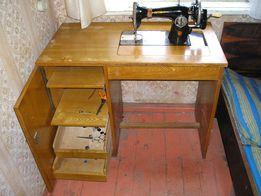 Швейная машинка «Подольская» с ручным приводом и письменным столом.