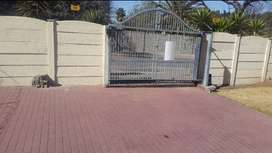 2 bed Renovated Granny's flat on primrose east.  R4500 immediate occup