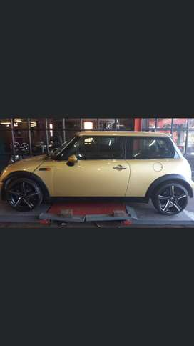 """Powersteering, electric windows, air-conditioning,17""""Mags, sound,"""