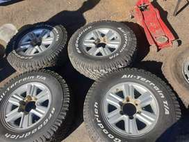 Original of 15 inch Toyota 4X4 mags with  A/T tyres for sell
