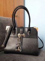 Czarna torebka ze złotymi elementami