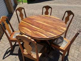 Round dinner table and 6 chairs