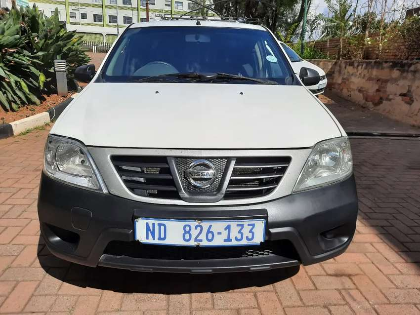 2017 Nissan Np200 1.6 with leather seats and Canopy