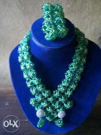 Green beaded jewelry set. 0