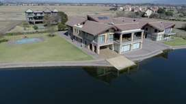 Waterfront Luxurious house on 3 stands (4703m2) next to Hartebeespoort
