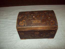 intarsjowana mosiądzem stara szkatułka z 1875 r.