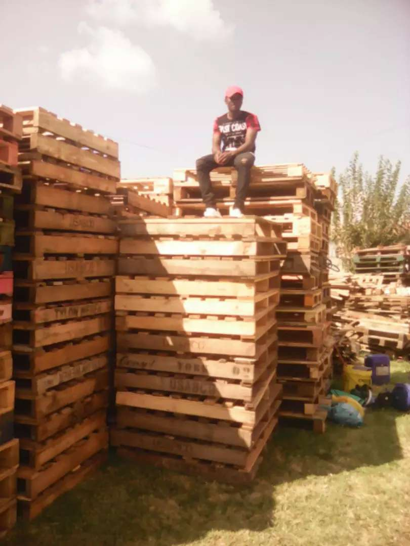 Very clean used wooden pallets 0
