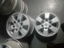 Toyota Hilux srx original alloy mags size 15 aset  in good condition
