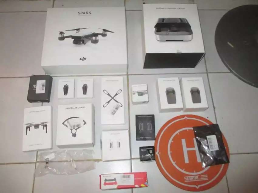 Dji spark drone with 12 megapixel 1080p camera drone mint 3 batteries 0