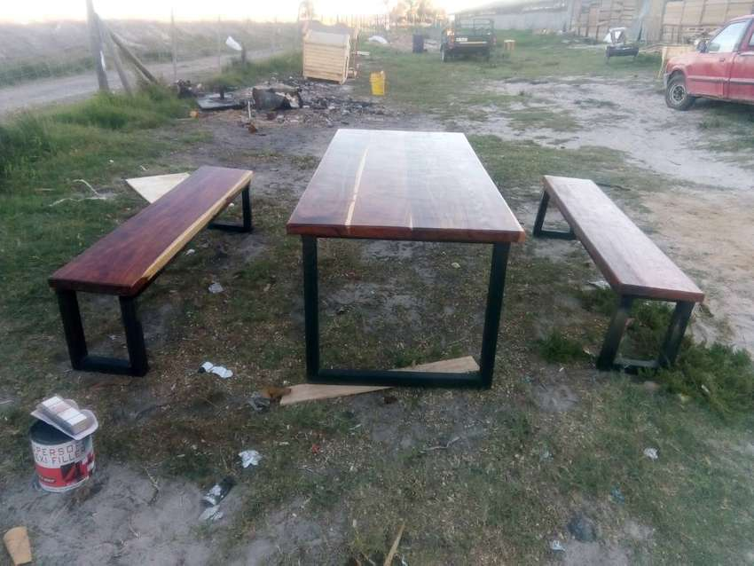 Table s and chairs 0