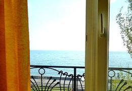 Карнавал текстур и красок, 1к-с видом на море.
