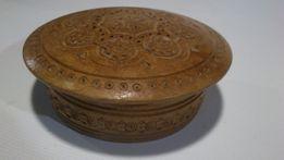 Старинная круглая шкатулка с элементами резьбы диаметр 14см.