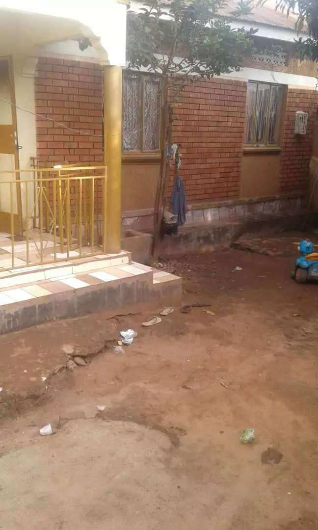 Three bedrooms home on quick sale on salama rd munyonyo with 2quarters 0