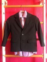Продам школьный костюм на мальчика 6-8 лет, с рубашкой и галстуком.