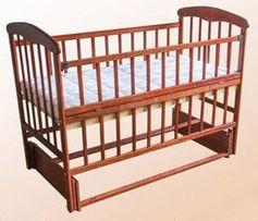 Детская кроватка Наталка с откидной боковиной и маятником светлая/темн