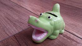 Skarbonka, ceramiczna w kształcie krokodyla. Długość 7cm, wys. 6,5cm.