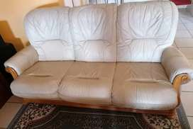 LIVING ROOM LEATHER COUCHES (R8500)