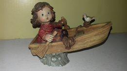 Figurka dziewczynka w łódce