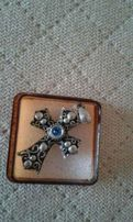 Posrebrzany wisiorek w ksztalcie krzyża