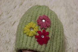 Веселенькая теплая шапка женская на зиму с цветами