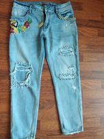 Рванные джинсы с вышивкой и бусинами