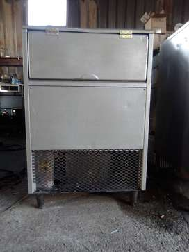 Ice maker for sale Icetronic makes 25 to 30kg of ice ,52 angleg blocks