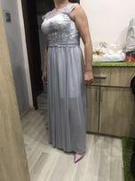 Szara długa sukienka.