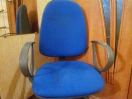Офисный стул на роликах с регулировкой высоты и положения спинки