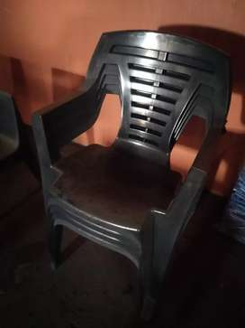 5 plastic chairs in good condition