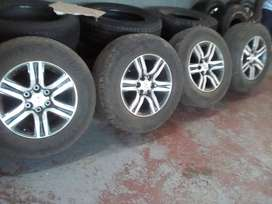 Very good used 17'' Toyota fortuner original mags and tyres
