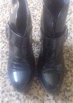 Чорні шкіряні лаковані черевики.