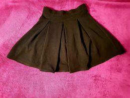 Czarna rozkloszowana spódniczka z prążkowanego materiału Sinsay