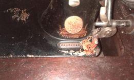 Швейная машинка Сингер. На станине в рабочем ! состоянии.