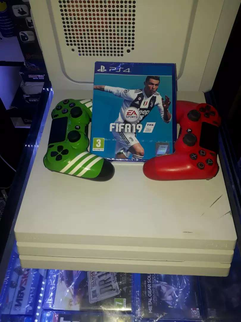PS4 PRO AND FIFA 19 BUNDLE 0