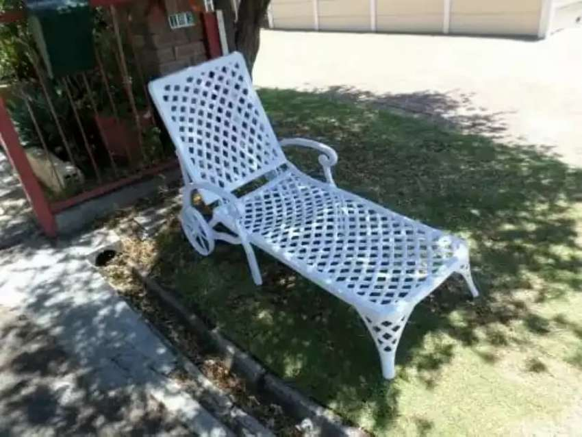 Outdoor cast aluminium patio table and chairs 0