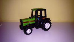 Plastikowy zielony traktor
