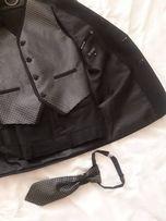 На 11 лет. Костюм(жилет,галстук,пиджак,брюки) отличный покрой и ткань