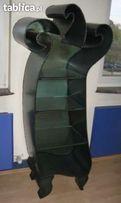 Metalowy regał ze szklanymi półkami spawany artystycznie - fala w lewo